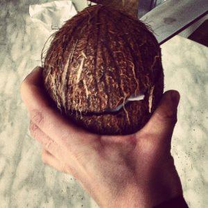 Öffnen einer Kokosnuss - Trick