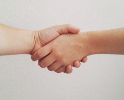Begrüßung - sich die Hand geben