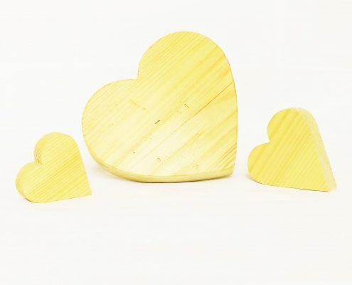 Drei Herzen aus Holz