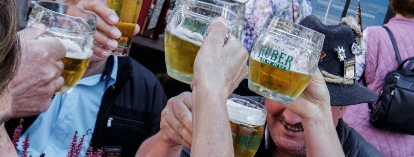 Mit Bier anstoßen - Prost