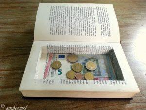 Geld Geheimfach im Buch – Tresor (c) ambercurl