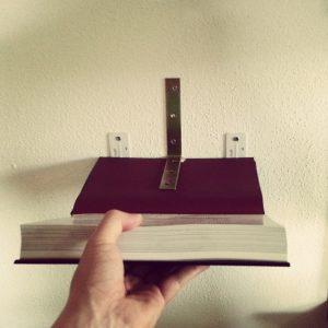 unsichtbares DIY Bücherregal