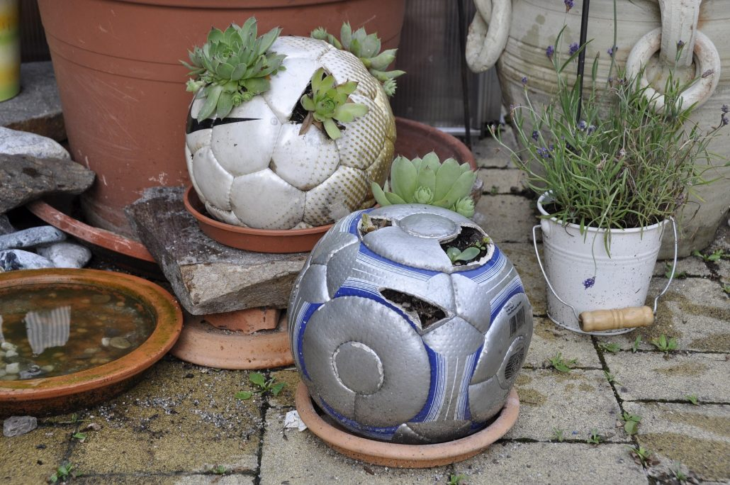 Garten aus altem fu ball upcycling kreativ blog diy gadgets - Upcycling garten ...