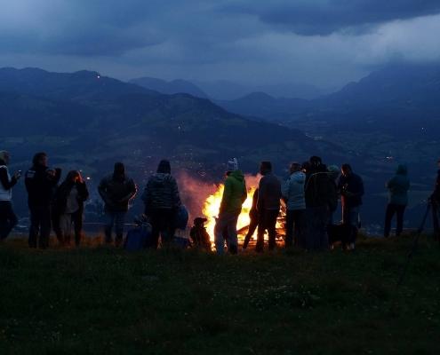Sonnwendfeuer in Tirol - Berge in Flammen