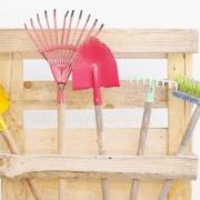 Halterung für Gartengeräte aus einer Palette