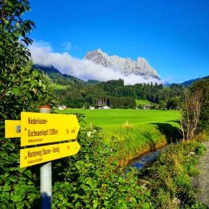 Wanderwegschild mit Wilder Kaiser in Kirchdorf in Tirol